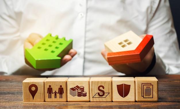 부동산 구매자는 최상의 옵션을 선택하고 생활 속성이있는 블록을 선택합니다.