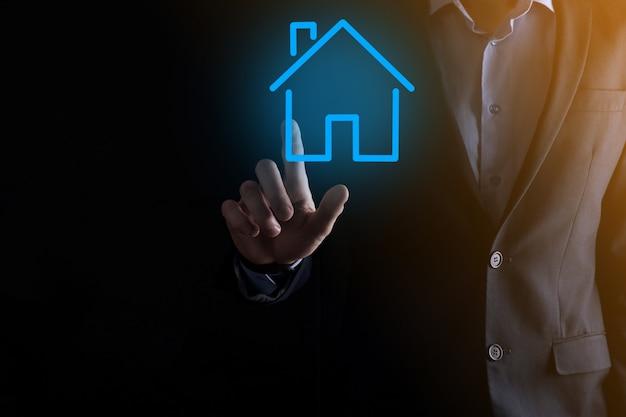 부동산 개념, 사업가 집 아이콘을 들고. hand.property 보험 및 보안 개념에 집. 남자의 제스처와 집의 상징을 보호합니다.