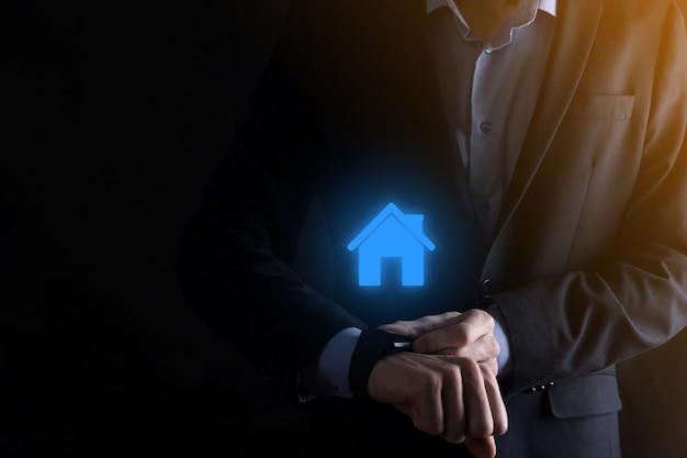 부동산 개념, 사업가 집 아이콘을 들고. 손에 집. 재산 보험