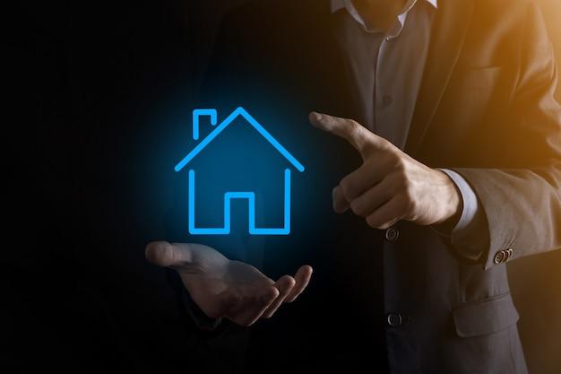 부동산 개념, 사업가 집 기호를 들고. hand.property 보험 및 보안 개념에 집. 남자의 제스처와 집의 상징을 보호합니다.
