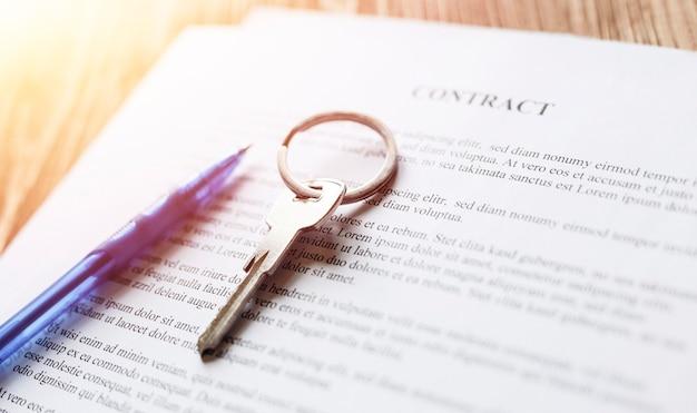 Договор о недвижимости с ключами и ручкой для подписания