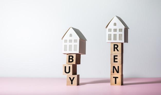 구매 및 임대 텍스트 및 주택 모델이있는 부동산 또는 재산 위험 개념. 비즈니스 투자 및 금융.