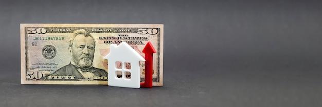 부동산 가치 성장. 부동산 시장, 주택 보험, 모기지 이자 인상, 검은 배경에 50달러 지폐. 복사 공간