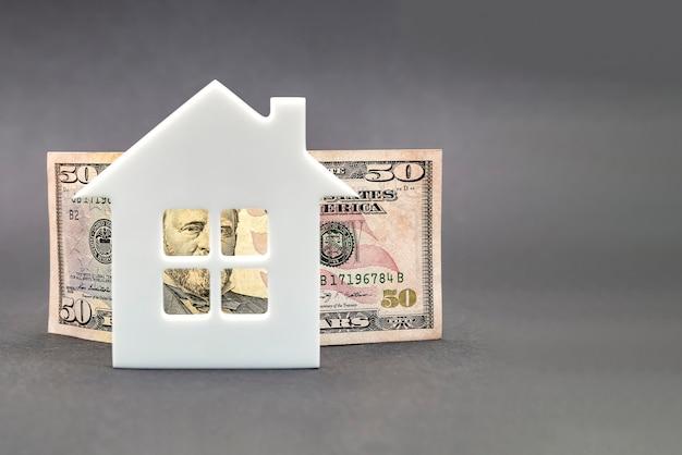 부동산 가치 성장. 부동산 시장, 주택 보험, 모기지 이자 인상, 검은 배경에 50달러 지폐, 백악관, 위쪽을 가리키는 화살표.