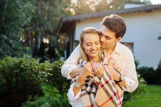 本当の気持ち。彼女に感情を持っている間彼の妻を抱き締める喜んでポジティブな男