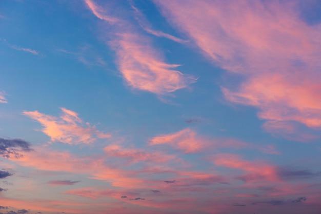 새가 없는 부드러운 화려한 구름이 있는 진짜 장엄한 일출 일몰 하늘 배경. 파노라마.