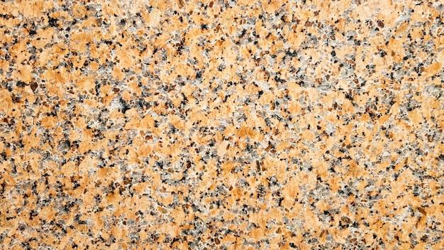 실제 천연 갈색 화강암 패턴, 광택 미네랄 슬라이스. 매끄러운 금이 간 대리석이 콘크리트 질감을 손상시켰습니다. 건축 배경입니다. 돌 배경에 갈색 반점입니다. 마블링.