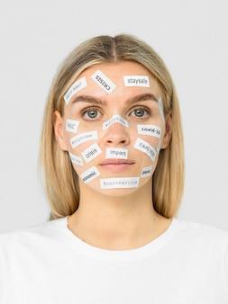 女性の顔の正面にリアルまたは偽のニュースステッカー