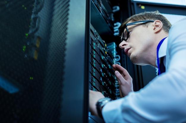 Настоящий профессионал. опытный умный оператор смотрит на оборудование и думает