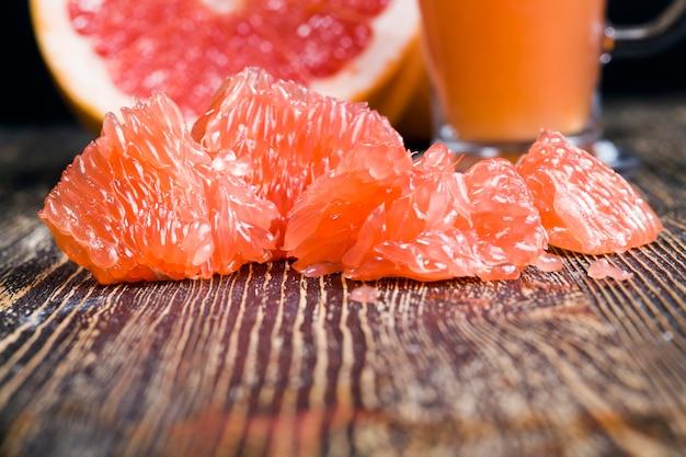 Настоящий красный грейпфрут, очищенный до мякоти, приготовление фруктов