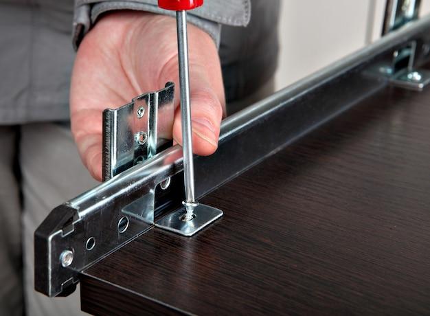 목재 가구 금속 서랍 트랙을 재정렬하고 가구 슬라이드 레일 트랙 컴퓨터 책상 키보드 트레이를 장착합니다.