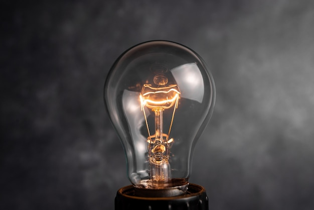 ロフトスタイルのイラストに含まれているランプと現実的で着色されたヴィンテージの輝く電球の透明なセット。フラットグラフィックデザインアイデアサインソリューション思考コンセプト。