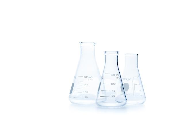 リアルなガラス実験装置セット。白い背景とクリッピングパス、科学機器に分離された実験室での科学実験用フラスコと測定ビーカー