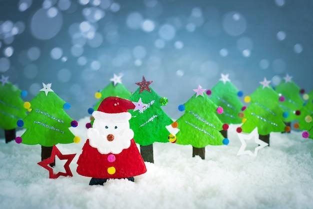 現実的な折り紙、クリスマスサンタ、クリスマスツリー、コピースペース