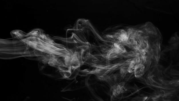 黒の背景にリアルな蒸気の煙