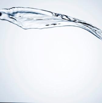 Spruzzata realistica dell'acqua con spazio vuoto