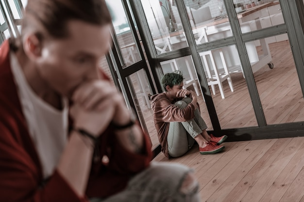 Осознавая свою вину. молодой эмоциональный мужчина и женщина осознают свою вину после эмоционального спора