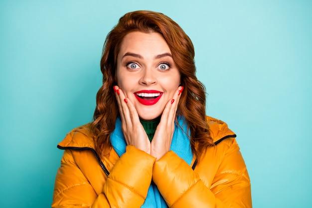 정말? 꽤 재미있는 여자 빨간 입술 오픈 입의 근접 촬영 초상화 들어 믿을 수없는 좋은 소식 노란색 외투 파란색 스카프 녹색 터틀넥 착용.