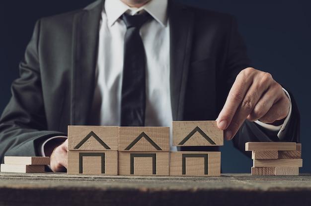 Риэлтор строит дома из деревянных блоков