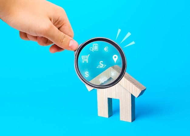 Риэлтор осматривает дома через лупу обзор рынка недвижимости