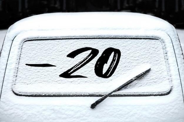 Заднее стекло автомобиля со стеклоочистителем на снегу