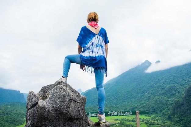자연보기 (라오스에서 namxay 상위 뷰)와 최고 산에 후면 하이킹 여자.