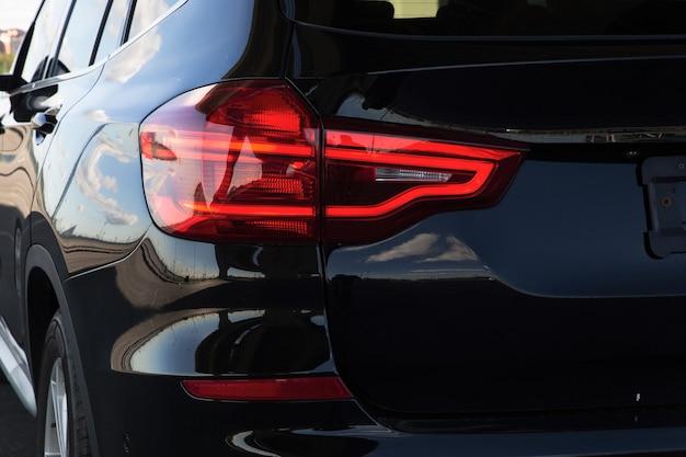 권위있는 자동차의 후면 왼쪽 헤드 라이트