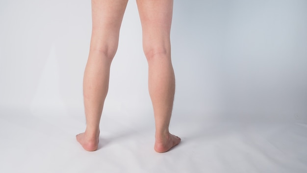 Задняя нога и босиком азиатского человека с положением на белом фоне.