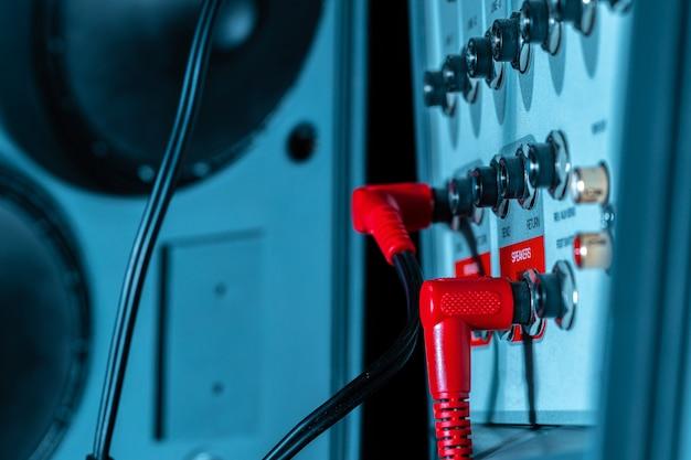 ワイヤー付き音楽システムアンプのリアパネル