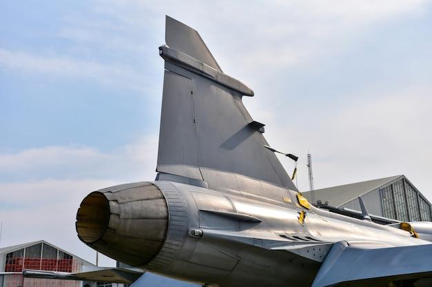 Задняя часть выхлопа реактивного двигателя военного истребителя
