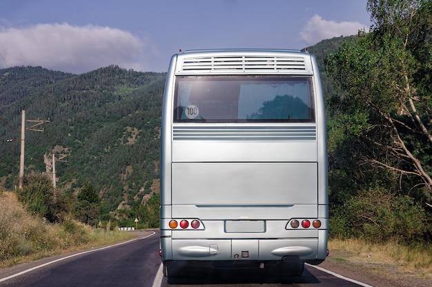 バスの裏側。自然の白いバスの後ろ。テキストの場所。閉じる。