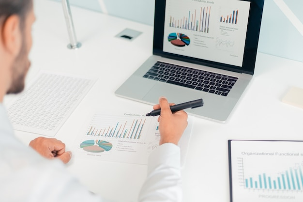 배면도. 재무 데이터를 분석하는 사업가. 비즈니스 개념입니다.