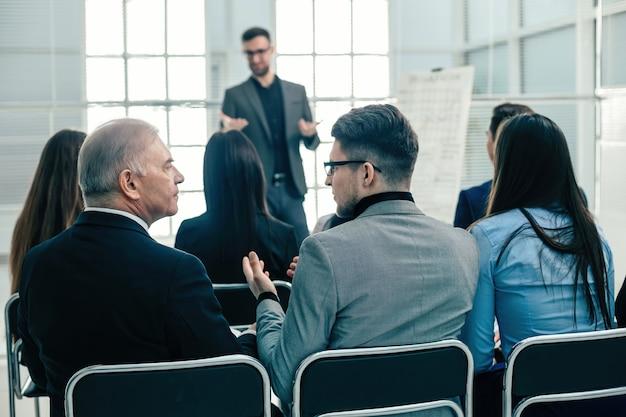 배면도. 회의실에 앉아 사업 사람들. 비즈니스 및 교육