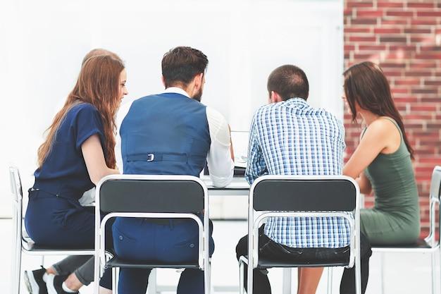 비즈니스 문제를 논의하는 후면 view.business 팀. 사무실 평일