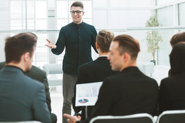背面図。会議室に座っているビジネスチーム。