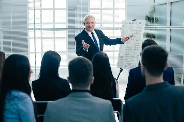 背面図。仕事の打ち合わせで拍手する会社員。成功のコンセプト