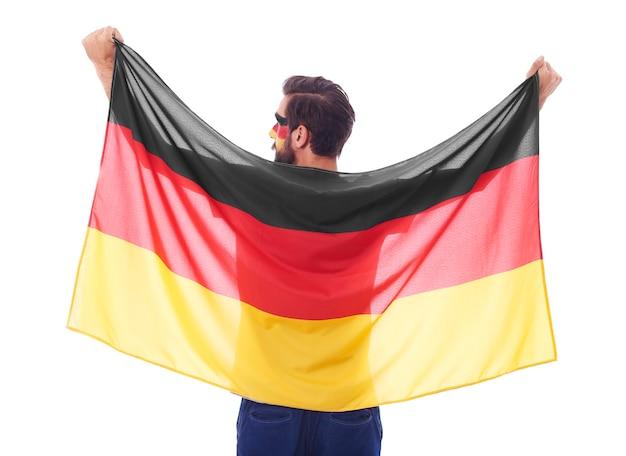 Vista posteriore di un fan tedesco che sventola una bandiera
