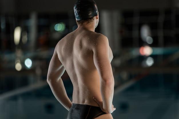 Vista posteriore di un nuotatore maschio