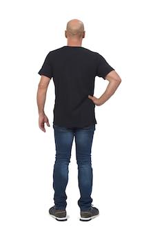 白のハゲ男の背面図、腰に手