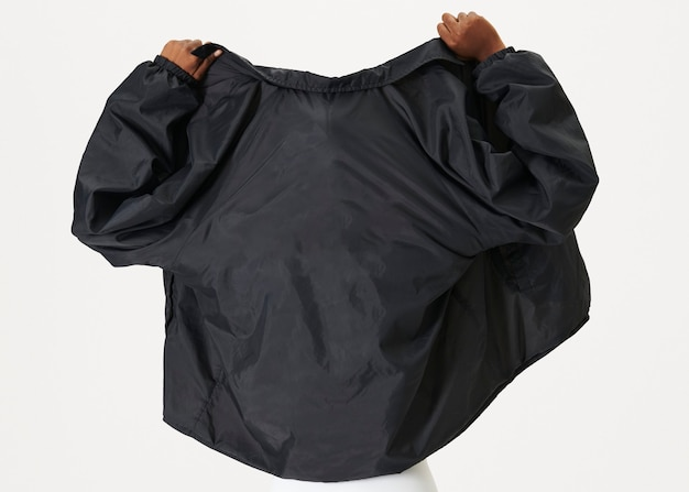 黒のジャケットを着ている黒人女性の背面図