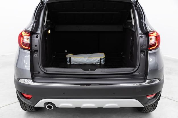 Вид сзади автомобиля с открытым багажником. экстерьер современного автомобиля
