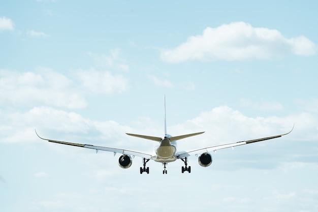 비행 상업용 비행기의 후면보기