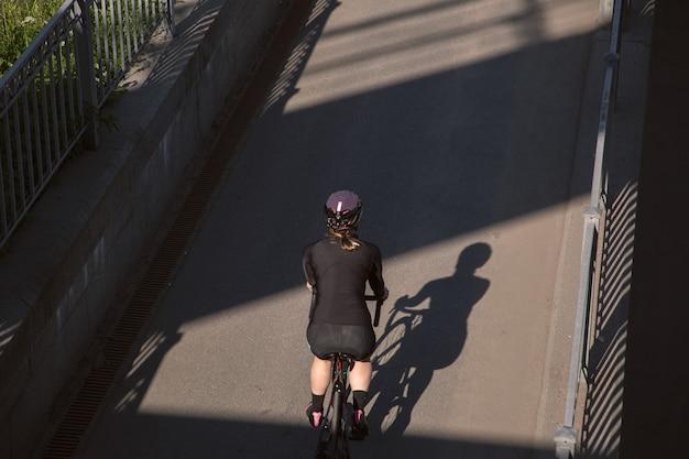 Вид сзади велосипедиста