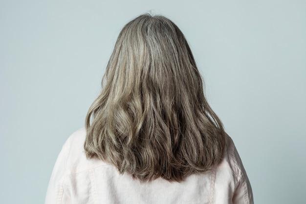 白髪の年配の女性の背面図