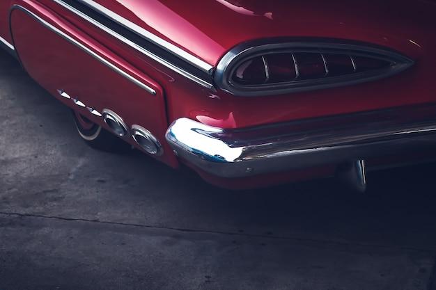 ビンテージ車のフィンのcloseup.redスポーツ車の後姿。