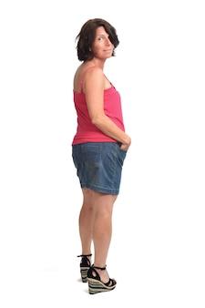 Вид сзади женщины в джинсовой юбке на белом фоне