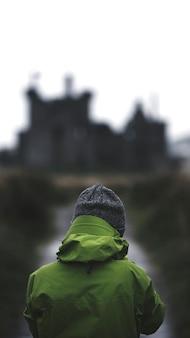 キルカーン城、スコットランドの携帯電話の壁紙の前に女性の背面図