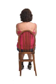 Вид сзади женщины, сидящей на стуле