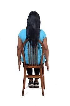 孤立した彼女の背中に座っている女性の背面図