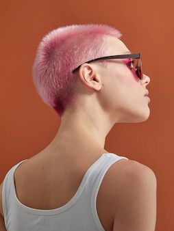 短い髪の若い女性の背面図